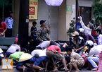 Sài Gòn náo loạn vì giật đồ cúng cô hồn