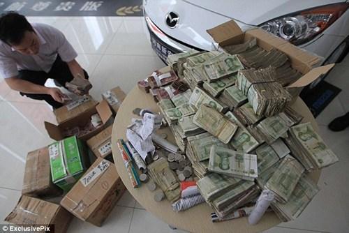Vác 10 thùng tiền lẻ mua ôtô, chủ gara phát hoảng