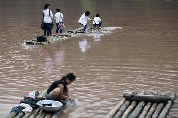 Độc đáo nơi học trò vác mái chèo đi học