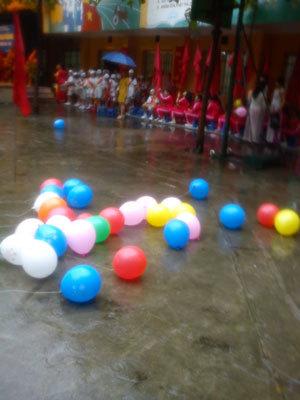 Hà Nội khai giảng trong mưa