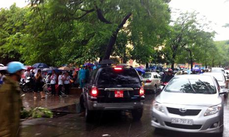 Tắc đường, ngập phố Thủ đô ngày khai giảng