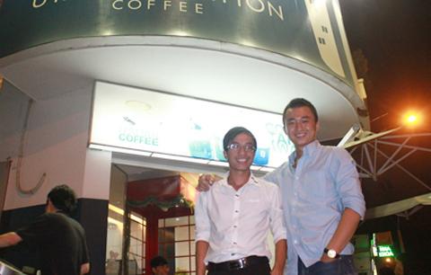 Chân dung hai ông chủ trẻ của chuỗi quán cà phê Urban Station với mức thu nhập của mỗi người lên đến gần 100 triệu đồng/tháng.