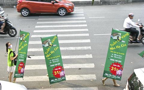 Muôn kiểu diễu hành bán rong nhà đất trên phố