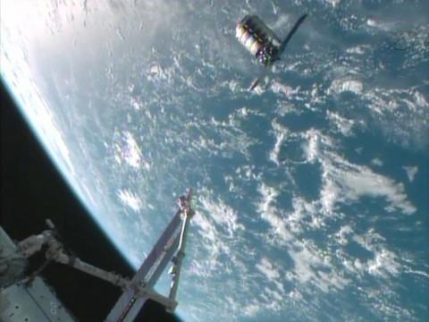 Cận cảnh phi thuyền tư nhân 'cập bến' trạm ISS