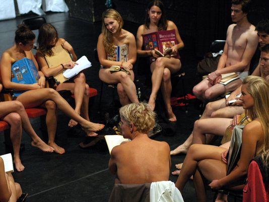 Biểu tình khỏa thân vì bị cấm mặc váy ngắn