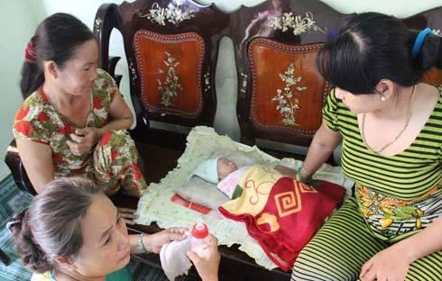 cha mẹ, bé sơ sinh, bỏ rơi, bụi rậm, Ninh Kiều, Cần Thơ