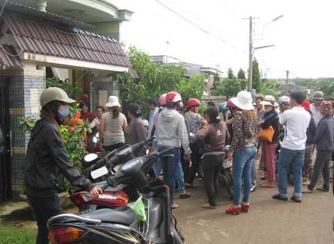 Hàng trăm người vây nhà chủ hụi