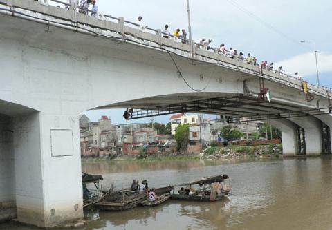 Cảnh sát 113 mặc nguyên quân phục nhảy sông cứu người
