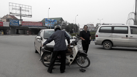 Phó GĐ Sở TNMT, Hà Tĩnh, đút tay túi áo, tai nạn giao thông, đứng nhìn