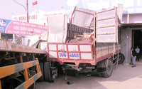 2 xe tải liên tiếp cùng đâm vào gara ven đường
