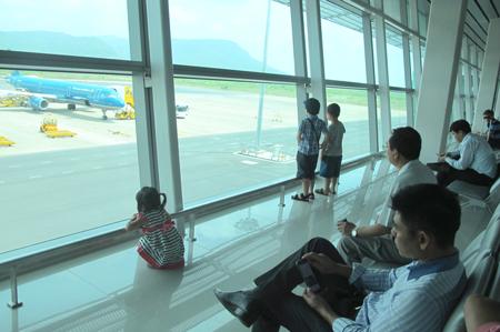 Ăn gian tuổi con để bớt tiền vé máy bay