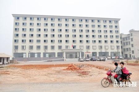 Choáng: Trụ sở ủy ban xã 2,4 triệu USD
