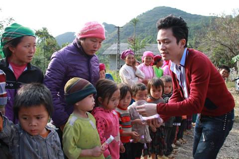 Tùng Dương mang Chiếc khăn Piêu đến Hà Giang