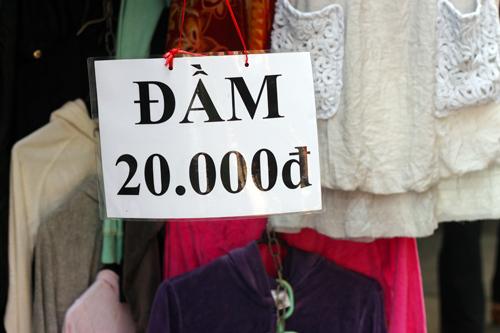 Vì sao quần áo 'sida' luôn đắt khách?