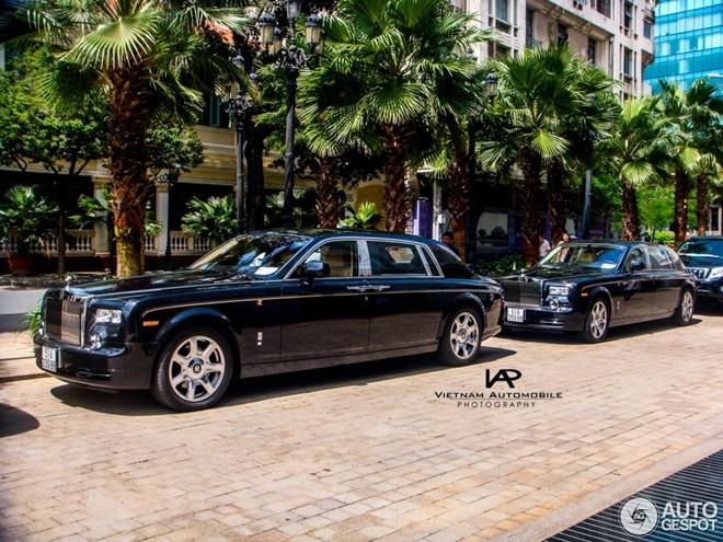 Cặp đôi Rolls-Royce Phantom Rồng dạo phố Sài Gòn