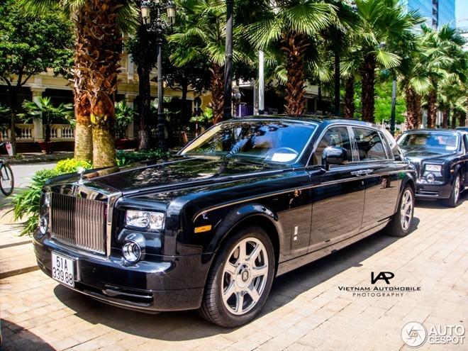 Ngắm cặp Rolls-Royce Phantom Rồng dạo phố Sài Gòn