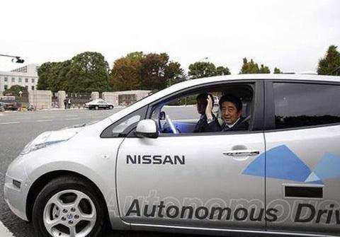 Thủ tướng Nhật đi xe tự lái