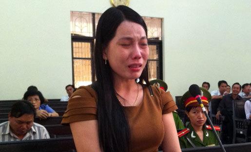 Nữ phó phòng 'lộng hành' bật khóc trước tòa