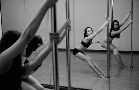 Một ngày trong lớp học của cô giáo dạy múa cột xinh đẹp
