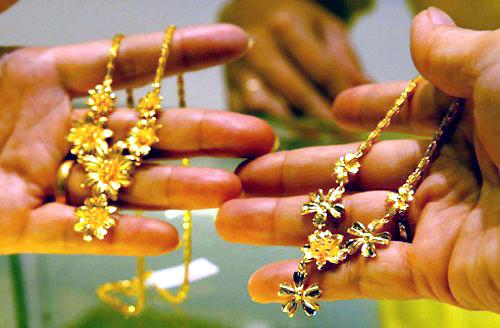 Vàng trang sức trăm tuổi dễ lụi trên sân nhà