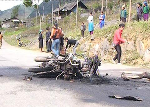 2 xe máy đâm nhau gây nổ, 3 người bị thiêu chết
