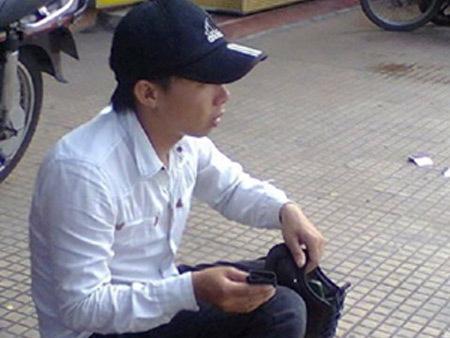 Chàng trai đánh giày khiến nhiều người xấu hổ