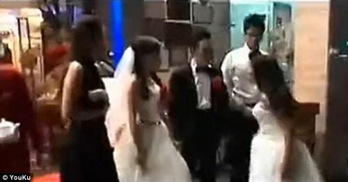 Tình cũ mang bầu mặc áo cưới đến đánh cô dâu trong hôn lễ