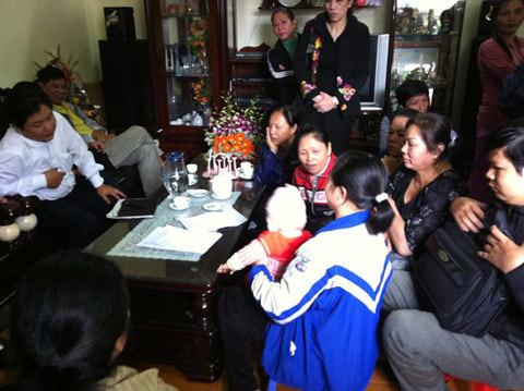 Đoàn liên ngành của huyện Tam Dương đến làm việc với bà Tranh...
