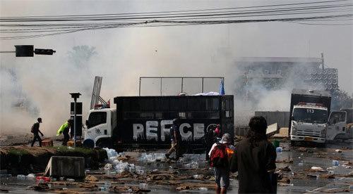 Thái Lan, biểu tình, bạo lực, hơi cay, Yingluck Shinawatra, khủng hoảng