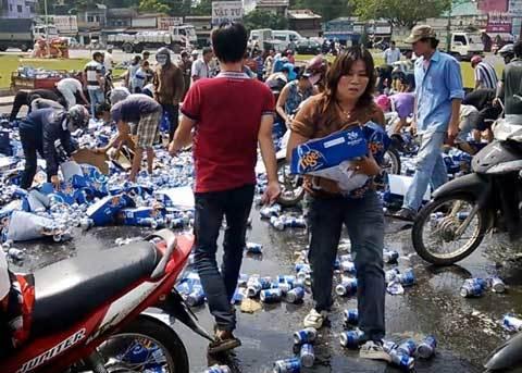 """Tài xế nhớ lại cảnh van xin đừng """"hôi của"""" khi bia đổ"""