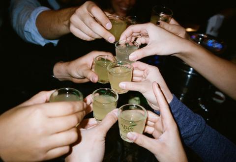 Uống rượu độc chết cả chục người: Vẫn nhậu tiếp