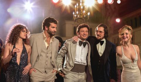 Chọn American Hustle(Chụp giật kiểu Mỹ) là bộ phim hay nhất trong năm, tờ  Huffington Post đánh giá bộ phim hoàn toàn hài hước và gây ngạc nhiên về  khả năng ...