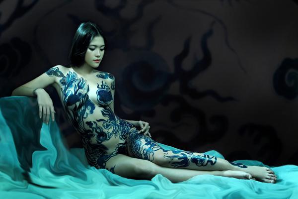 Lâm Quế Minh không ngại nude thể hiện ý tưởng Body Painting gốm sứ