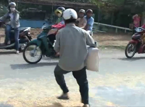 """Xe chở ngô đổ ra đường, người dân lại """"hôi của"""""""