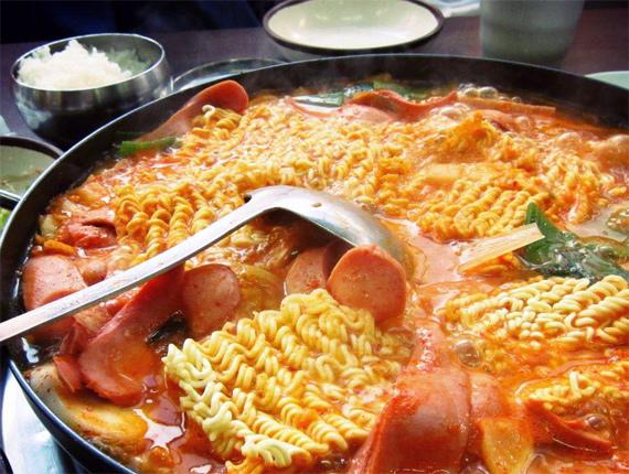 Vụ mỳ tôm nhiễm độc: Đại gia mỳ kín tiếng, dân bất an