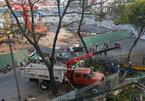 Lật xe cẩu, rơi khối thép 'khổng lồ' giữa phố Sài Gòn
