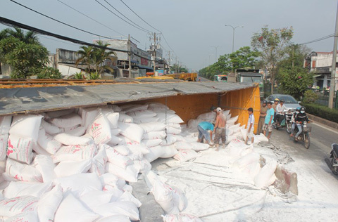 Xe chở 50 tấn bột mỳ bị lật, không ai hôi của