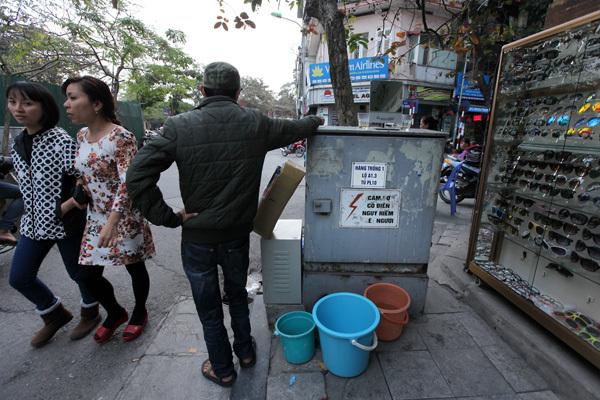Liều mạng ở Hà Nội: Tủ điện thành hàng nước, bếp ăn