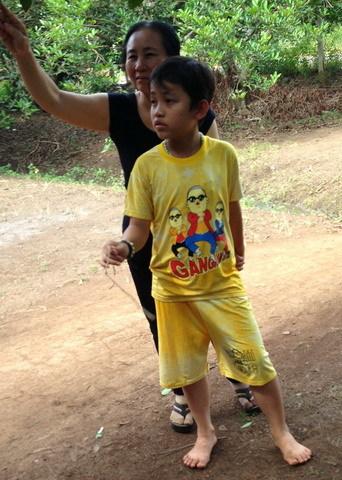 thần y, 9 tuổi, sờ vuốt, đồn thổi, chữa bệnh, bách bệnh, xếp hàng,