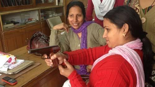 Xem súng chống hiếp dâm của phụ nữ Ấn Độ