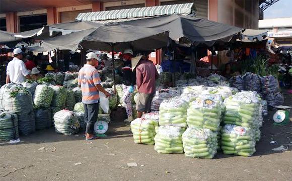 Hàng Tết: Chợ càng nhỏ giá càng đắt đỏ