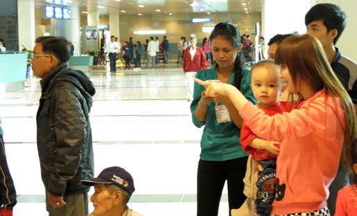 Vỡ òa cảm xúc cô dâu Việt về quê đón Tết