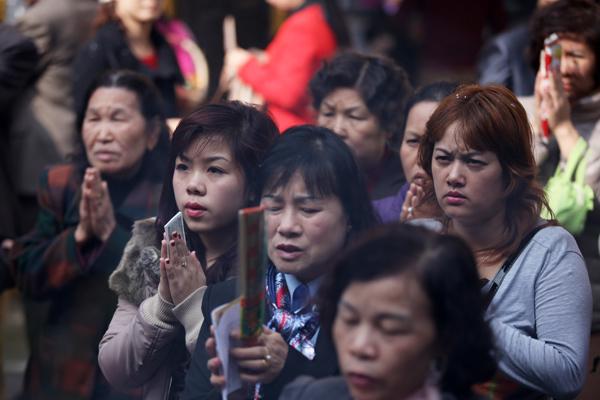 Dân Hà Nội nườm nượp đi lễ đầu năm
