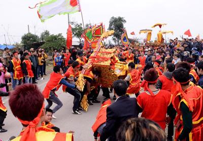 Kiệu chúa lật nhào trong lễ hội rước vua sống ở Hà Nội
