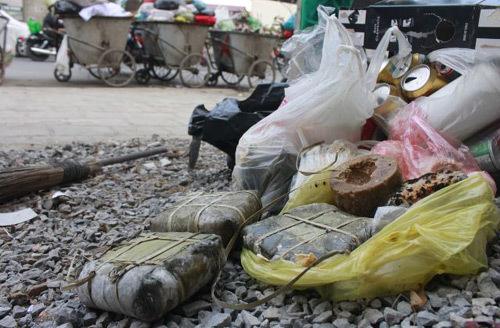 Vứt bỏ bánh chưng, gà luộc: Coi đồ ăn như rác là tội ác