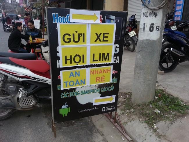 Bảng hiệu buôn bán điện thoại bị thay thế bằng tấm biển quảng cáo dịch vụ trông, giữ xe