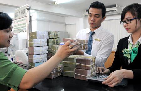 Ngân hàng nhìn đống tiền thừa mà run