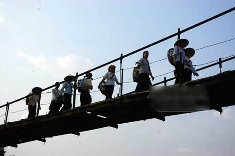 Rùng mình những cầu treo ở lưng trời Tây Bắc
