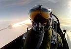Phi công chụp ảnh tự sướng với tên lửa đang bay