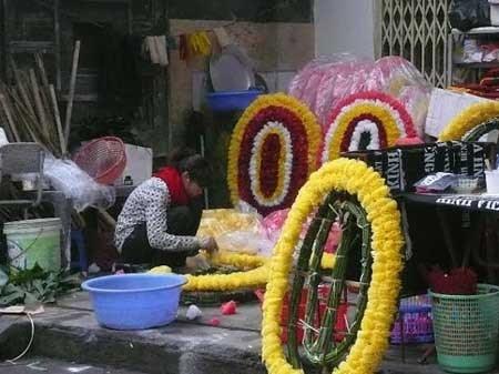 Kỹ nghệ 'hồi sinh' vòng hoa đám tang từ nghĩa địa